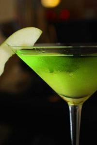 Рецепт коктейля «Яблочный мартини» (Appletini, Apple martini cocktail)