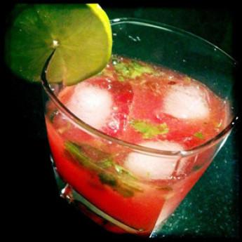 Рецепт коктейля с клубникой Вуаля (Voila cocktail)