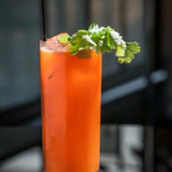 Тонизирующий кулер из морковного сока и кинзы